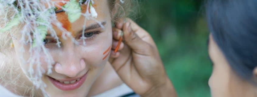 Lara wird von den Yanesha Indianern traditionell bemalt. Foto: Michael Busch