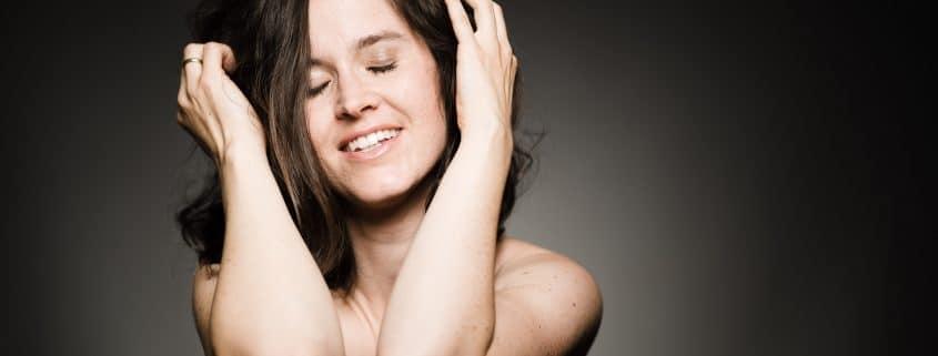 Nacktfotos haben der Autorin geholfen, sich selbst wieder mehr zu lieben. Fotos: Konrad Gös