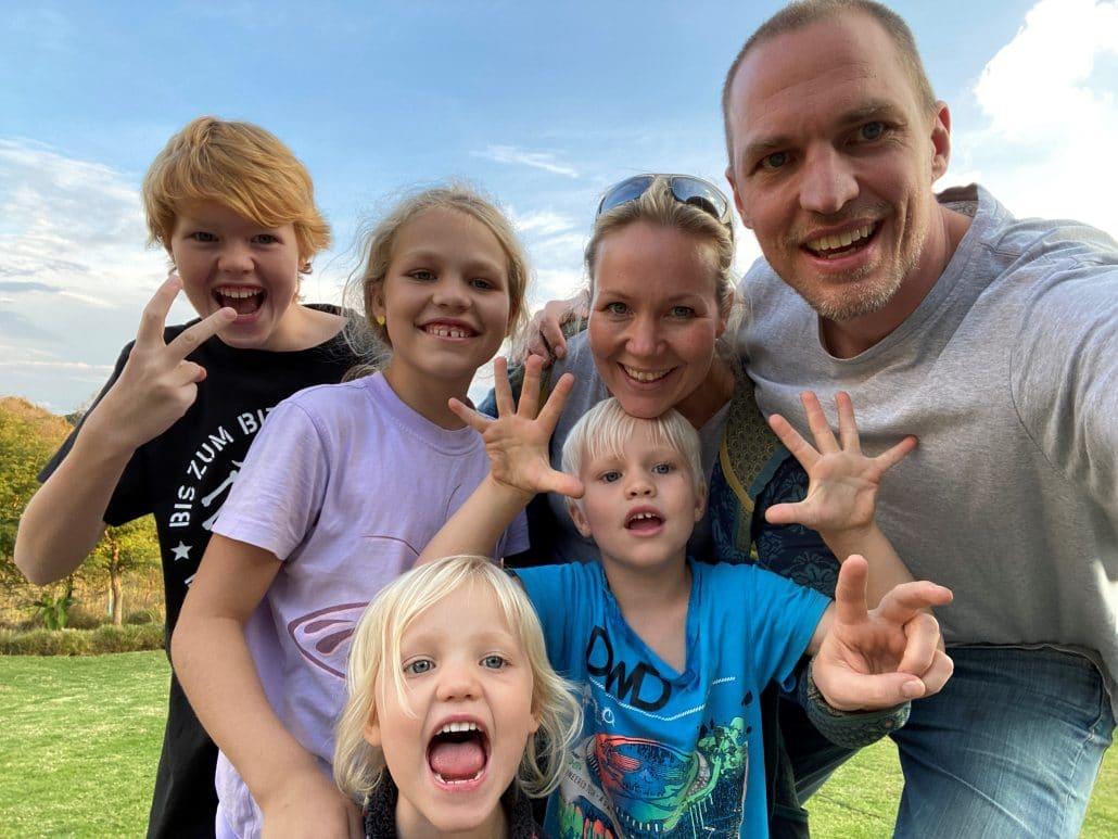 Eine sechsköpfige Familie lächelt in die Kamera.